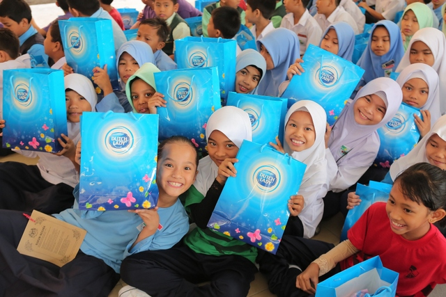 Happy students of SK Bangsar with their goodie bags