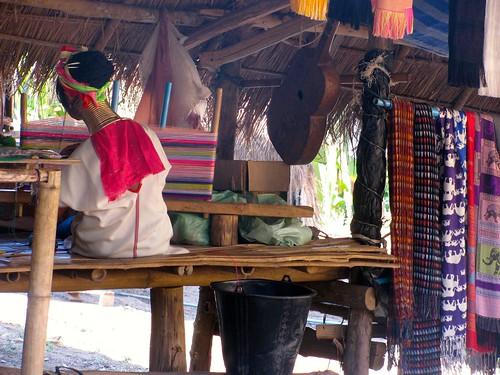 Mujer confeccionando hermosas telas
