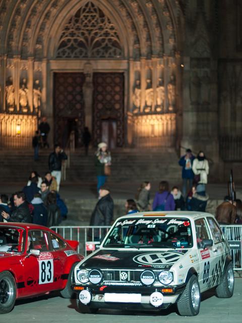 Wolfswagen Golf. Salida desde la Plaza de la Catedral de Barcelona del Rally Montecarlo de coches históricos
