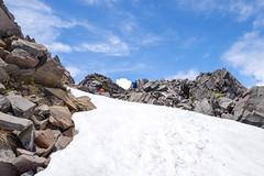 中央奥の岩のピークが新山山頂!