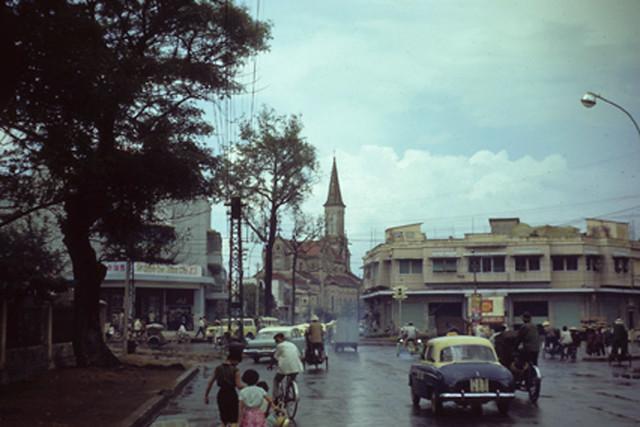 Saigon 1967 - nhà thờ Huyện Sĩ - ngã 5 Thái Bình. Bên trái là rạp ciné KHẢI HOÀN góc Cống Quỳnh-Võ Tánh