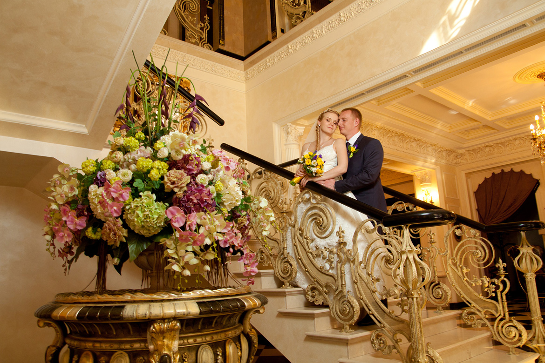 Свадебная фотография на фоне цветущей сакуры в Днепропетровске