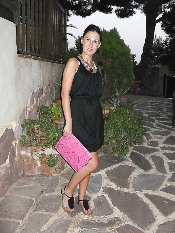 casual Friday, street style, LBD, little black dress, griego, collar joya, sandalias planas, flor negra, clutch, piel de avestruz, fucsia, Greek, jewel necklace, lack flower flat sandals, fuchsia clutch, ostrich skin