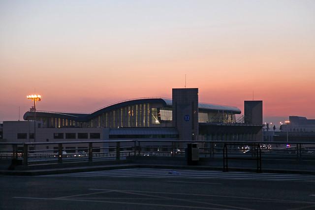 Dawn at Urumqi airport terminal2 ウルムチ国際空港第2ターミナルの朝焼け