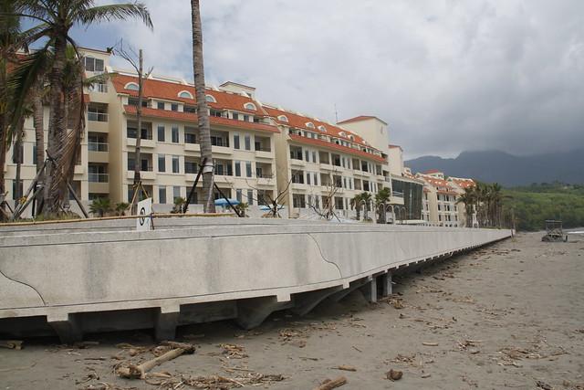 海岸法三讀通過後,未來如美麗灣度假村這般在沙灘上私蓋圍牆圈地利用的行為,將有法可管。