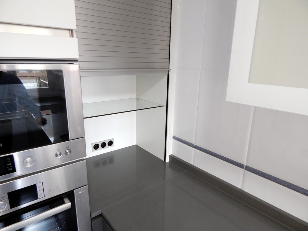Muebles de cocina modelo 1080 con gola de acero for Mueble persiana cocina