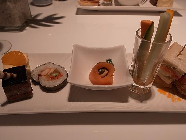 <p>軽食とデザートの盛り合わせ</p>