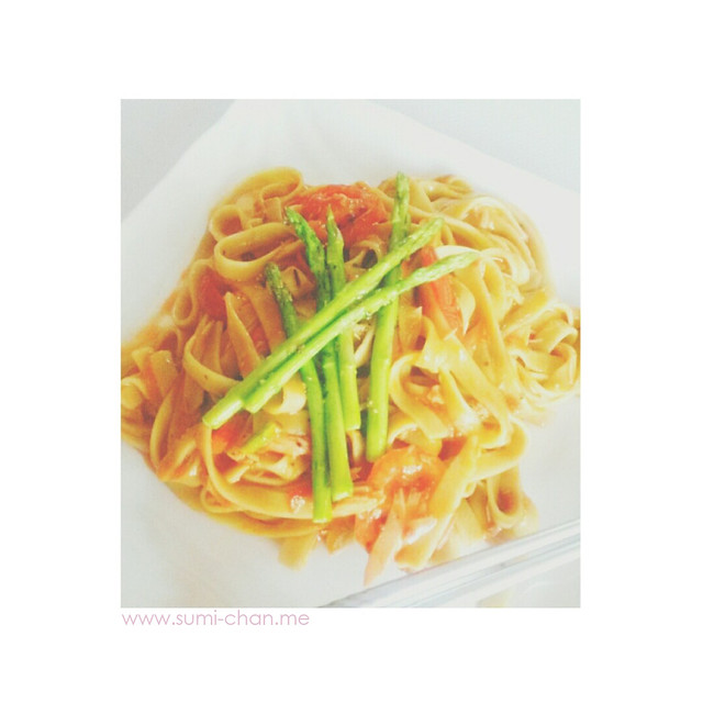 Spinach fettuccine in basil-tomato sauce with grilled tomatoes and asparagus