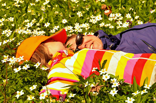 girls spring april vår åland woodanemones flickor vitsippor ramsholmen