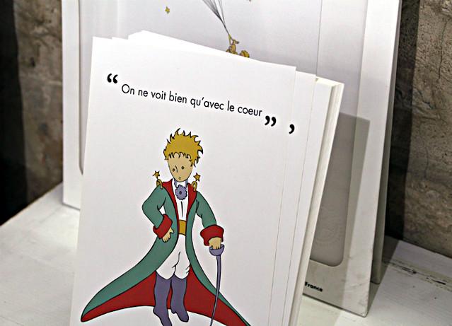 Des cartes postales Le Petit Prince proposées dans le rayon papeterie