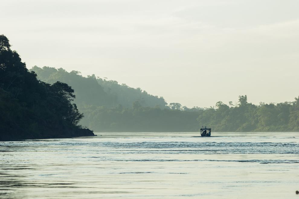 Un pequeño bote sirve de transporte para conectar el Puerto de Ita Verá en Paraguay con el Puerto Wanda en Argentina donde todos los dias cruzan cientos de personas de un lado a otro para diversas actividades comerciales. (Tetsu Espósito)