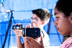 Fotos revelam atuação criativa e lúdica de crianças na produção de filmes.