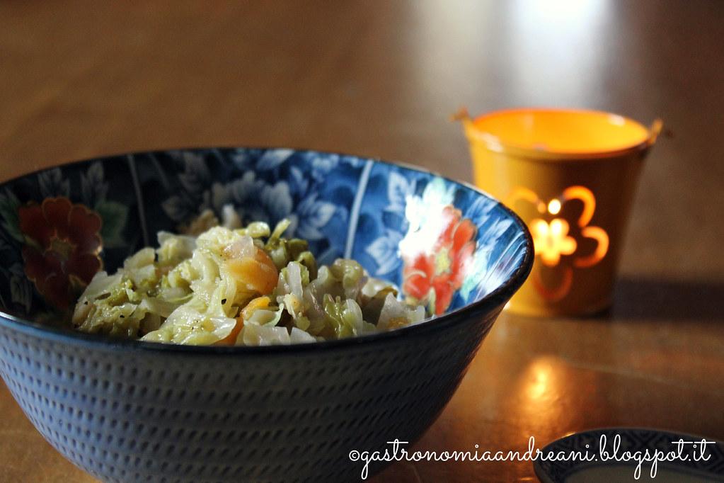 Zuppa cavolo verza, cipolle e albicocche