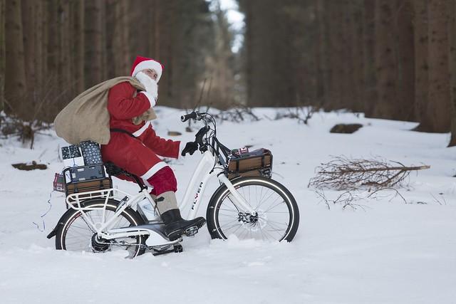 Auch der Weihnachtsmann ist längst aufs E-Bike umgestiegen - man wird ja nicht jünger, und die Rentierhaltung ist doch sehr teuer.