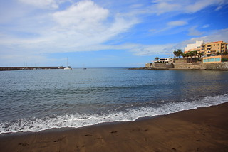 Image of Playa de Arguineguín Beach with a length of 303 meters. ocean beach islands coast spain day cloudy shoreline atlantic espana gran canary islas canaria spanien dorado atlantik maspalomas kanarische inseln okean arguineguin gc500 caarias