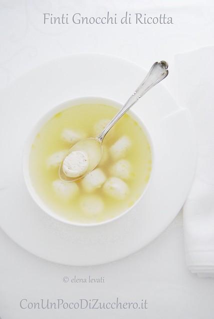 Finti gnocchi di pollo e ricotta in brodo
