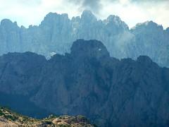 Au col 890m du sentier Capeddu - Sari : vue de Bavella avec Punta Tafunata et les aiguilles