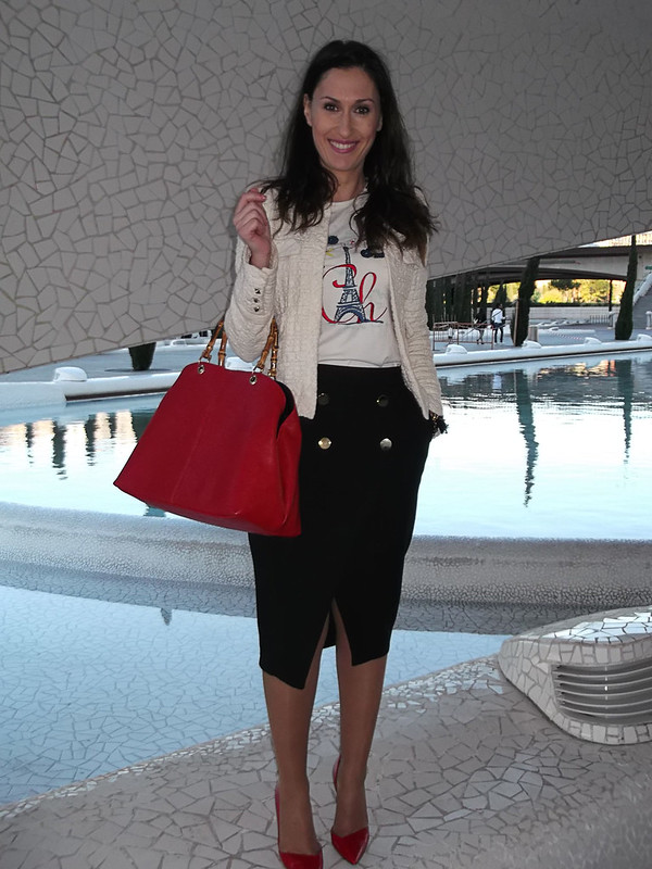 Cómodo, lady, camiseta, romántica, francesa, chic, falda lápiz navy negra, stilettos rojos, chanelita beige, bolso rojo, comfortable, lady, romantic, French chic shirt, navy black pencil skirt, red stilettos, chanel, beige jacket, red bag, Carolina Herrera, Zara, Parfois, Ciudad de las Ciencias, City of Sciences,