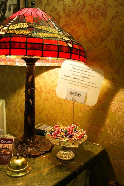 Antique lamp on the desk of the hotel reception, Saint Petersburg, Russia サンクトペテルブルク、ホテルのフロントにアンティークなライト