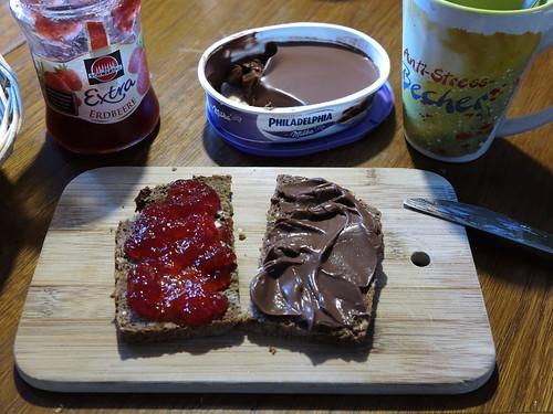 Schokoladige Philadelphia und Erdbeermarmelade auf Vollkornbrot
