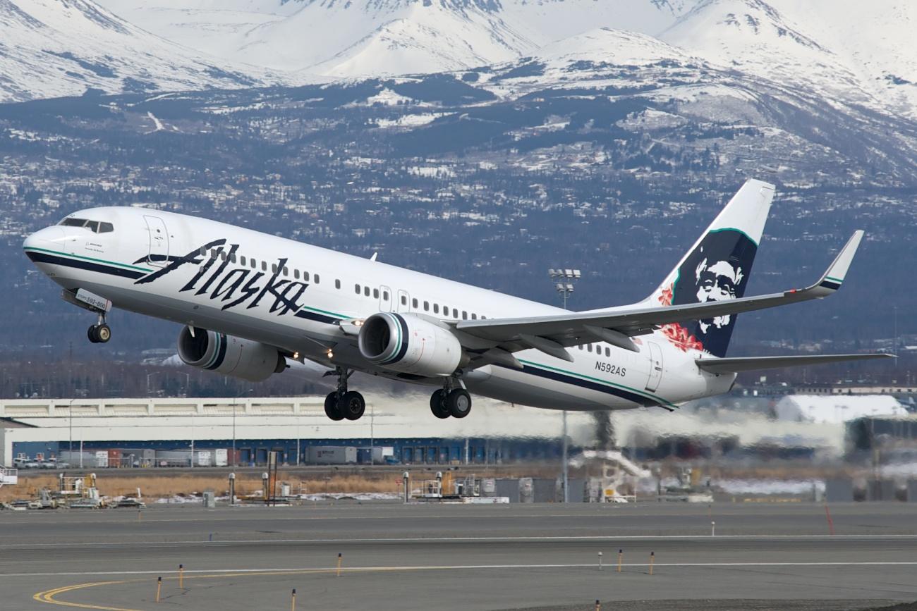 Alaska Airlines Boeing 737 800 N592as Departing Runway