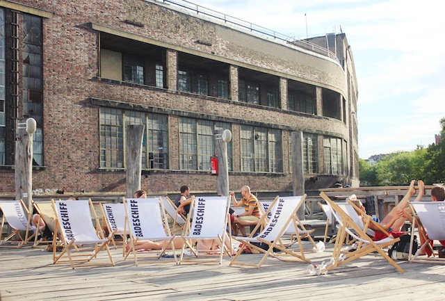 Badeschiff Berlin white canvas sun loungers