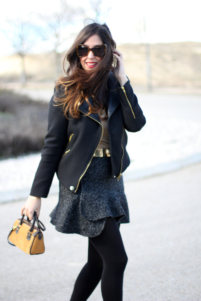look del blog de moda con falda gris y slippers de animal print