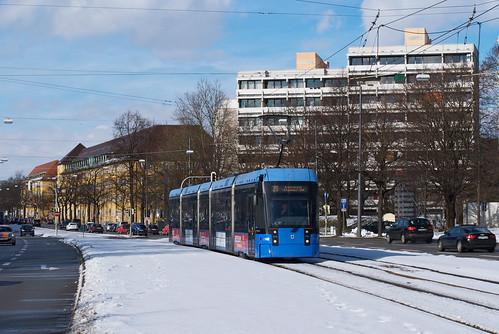 Wagen 2302 überquert den Nymphenburg-Biedersteiner Kanal