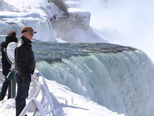 Канадський альпініст першим у світі підкорив замерзлий Ніагарський водоспад