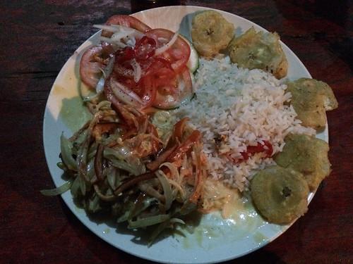 Santo Domingo: pollo jalapeño (poulet avec une sauce blanche typique, le tout recouvert de légumes)