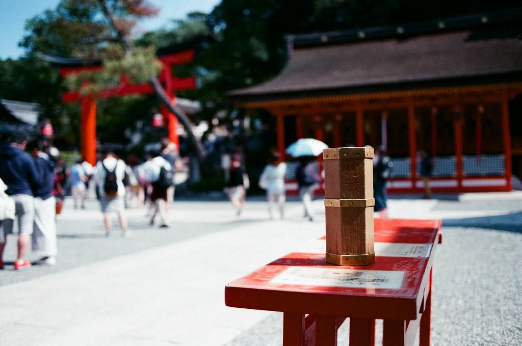 伏見稻荷 京都 Kyoto, Japan / AGFA VISTAPlus / Nikon FM2 2015/09/29 恩,抽籤桶,我記得沒有抽籤,只有祈求能心想事成。  那時候剛買 35 mm 的鏡頭,想要看看這樣淺景深拍出來的效果如何。  Nikon FM2 Nikon AI AF Nikkor 35mm F/2D AGFA VISTAPlus ISO400 0992-0003 Photo by Toomore