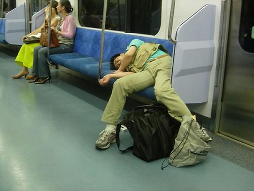 Japonês dormindo de qualquer jeito no metro de Tóquio