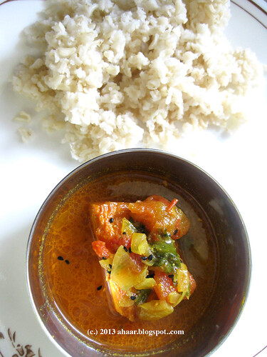 Pyanj tomato diye salmoner patla jhol (light salmon curry with onion and tomato)