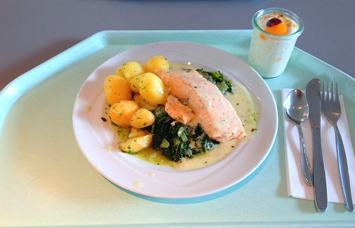 Pochiertes Lachsfilet auf Blattspinat mit Estragonsauce & Kartoffeln / Poached salmon on leaf spinach with tarragon sauce & potatoes