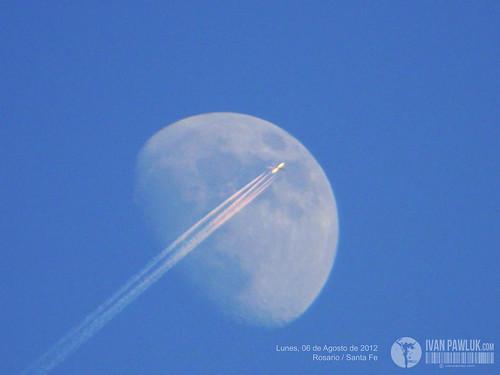 Luna & Avión by Ivan Pawluk