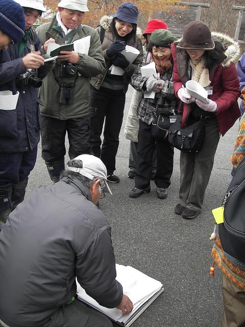 斎藤先生の観察会では恒例の,手作りの分厚い資料が配付される.