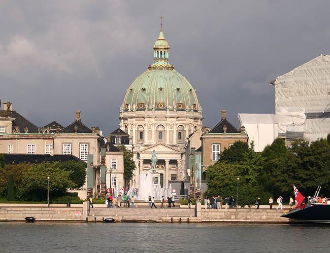 Amalienborg y la cúpula de la Marmorkirken. © Paco Bellido, 2007