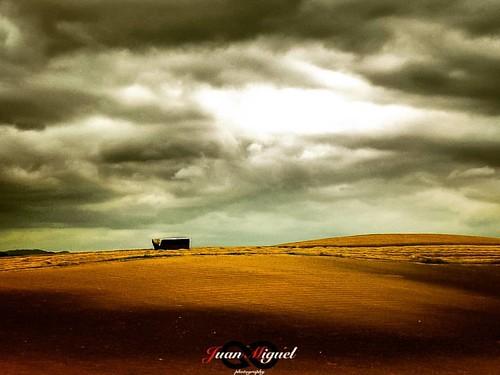 - Tormenta en la Campiña -   Si eres capaz de aguantar la tormenta, la marea ni te moverá.   Es lo que pensé al ver ese deposito al ver la tormenta que se le venía encima.    #bestnatureshot #bns_sunset #bns_sky #ig_exquisite #royalsnappingartists #ig_sun
