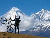 Nepal, MTB-Runde um Annapurna. Am Thorong-Pass, 5416 m, mit Dhaulagiri, 8167 m. Foto: Andreas Uffelmann.