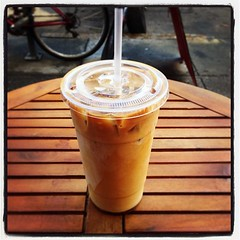 cup(0.0), frappã© coffee(0.0), food(0.0), coffee cup(0.0), alcoholic beverage(0.0), iced coffee(1.0), coffee(1.0), drink(1.0), latte(1.0), milkshake(1.0),