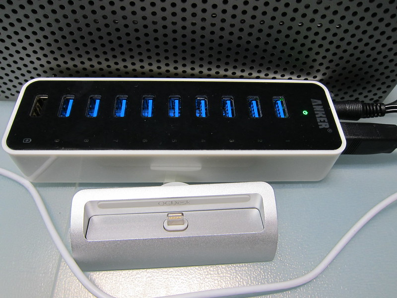 Anker Uspeed USB 3.0 9-Port Hub - Turned On