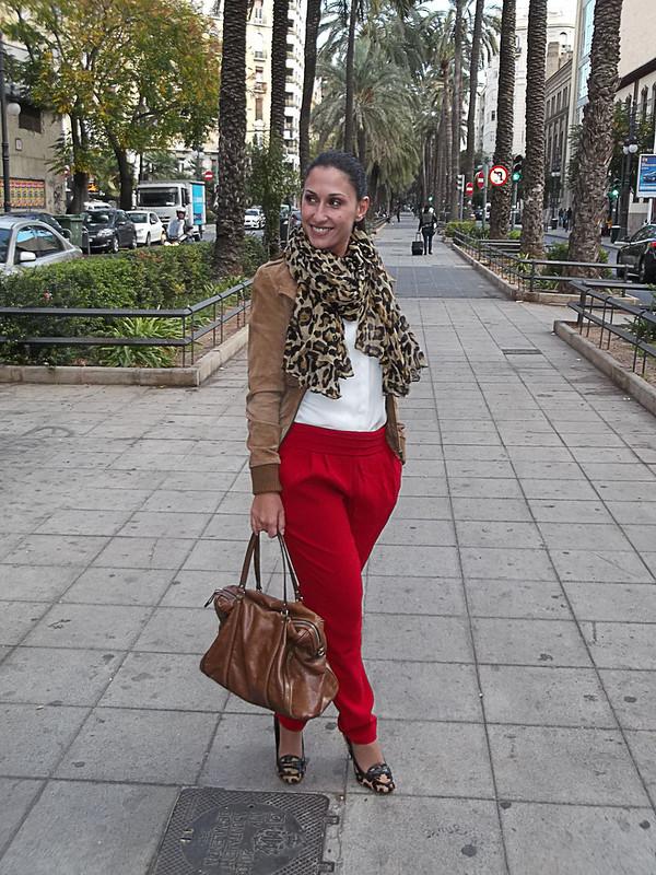 Pantalón baggy rojos, camisa blanca de gasa, mocasines leopardo, foulard, leopardo, bolso camel, chaqueta de piel, camel, Red baggy pants, white chiffon shirt, leopard loafers, leopard scarf, camel bag, fur jacket in camel, mango, zara, suiteblanco, pull & bear,