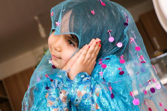 A qashqai girl wearing ethnic costume, Firuzabad, Iran フィールーズ・アーバード、民族衣装を着てポーズする少女