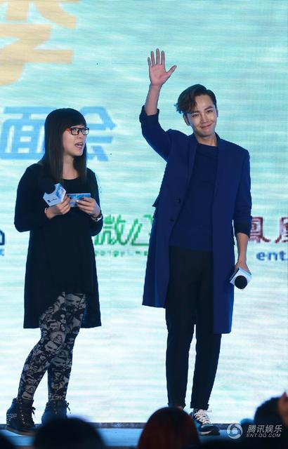 [article] JKS showed his cuteness, his love of eating, gave fans short floral pants on stage 14010778426_82b2105f06_z