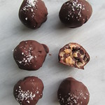 no-bake chocolate chip cookie dough truffles on twothirtyate.com