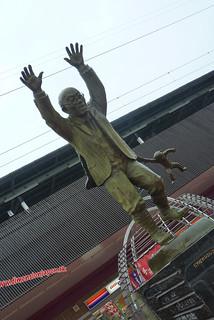 P1060627 Estatua en la estacion de Beppu (Beppu) 13-07-2010