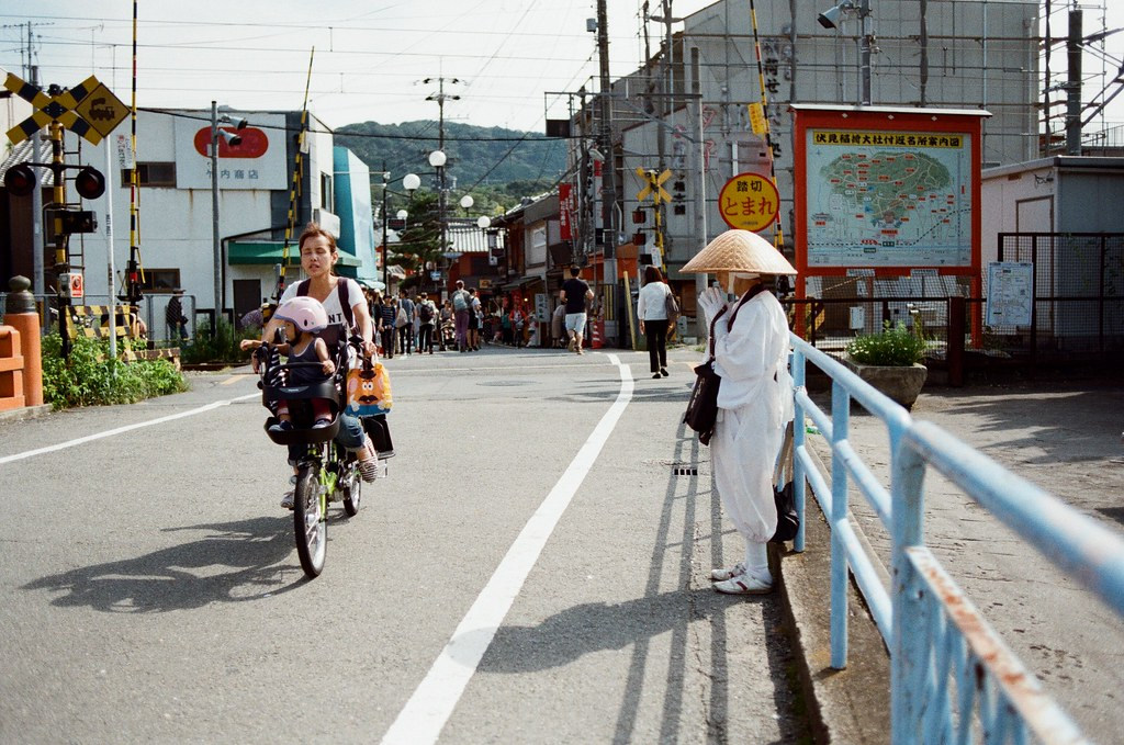 伏見稻荷 京都 Kyoto, Japan / Kodak ColorPlus / Nikon FM2 這一天我也像這樣祈禱著,多麼想要聽到妳對我的生日祝福。  最後照片還是分享到這一天了,這一天我想起在伏見稻荷月台上看著夏日的文字哭泣!  我想最後到傍晚也是。  Nikon FM2 Nikon AI AF Nikkor 35mm F/2D Kodak ColorPlus ISO200 0991-0031 2015/09/29 Photo by Toomore