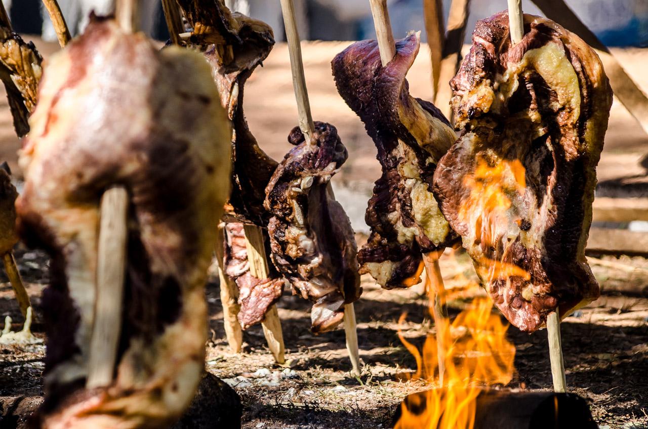 Infaltable el asado a la estaca como plato principal de las jornadas misioneras, las carnes ya se encuentran cocinando desde las 7 de la mañana y para las 14 horas están listas para servir. Los asistentes de las fiestas de San Juan o el Ovecha Rague se deleitan con tiernos cortes de asado. (Elton Núñez)
