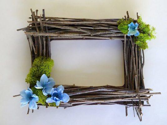 Cheerful Photo Frame to Make with Twigs and Moss and Flowers