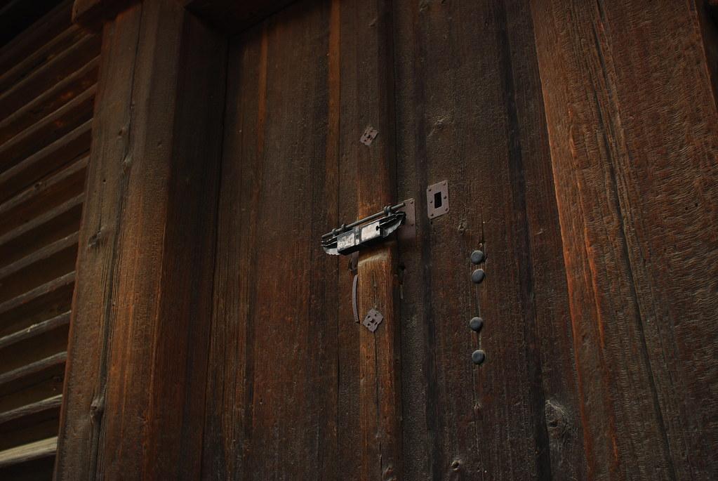 三月堂の南にある重文「法華堂経庫」